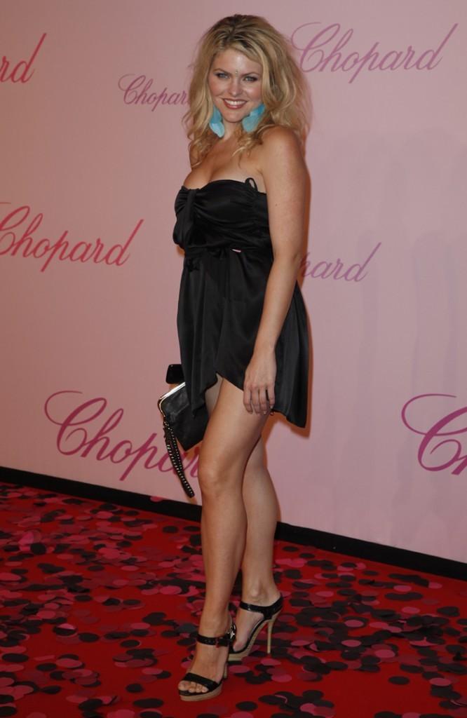 La robe de Célyne Durand vraiment courte devant !