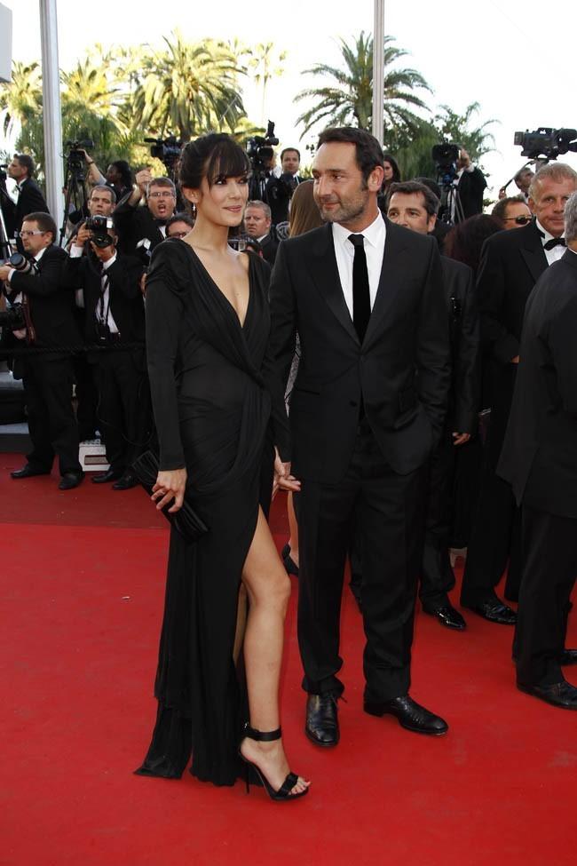 Le couple en pleine parade nuptiale? Gilles dévore Mélanie du regard et elle montre sa jambe pour faire monter le désir!