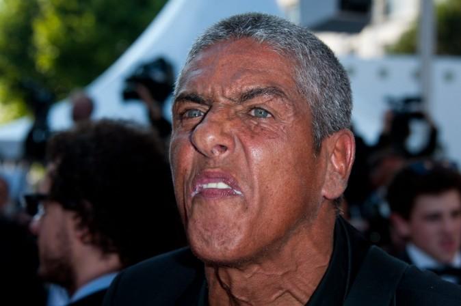 L'écume sort des lèvres rageuses de l'acteur...Une image triste.