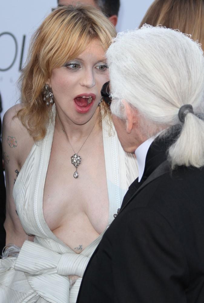 """Photos : Cannes 2011 : """"Dis, j'ai pas un morceau de poulet resté coincé ?"""""""