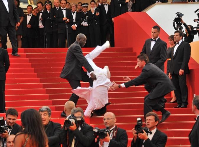 [Jeu] Suite d'images !  - Page 4 Photos-Cannes-2011-un-fan-qui-se-vautre_portrait_w674