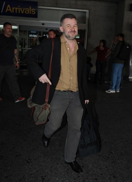 Eric Naulleau tout sourire à la sortie de l'avion. C'est sûr on ne risque pas de lui demander un autographe...