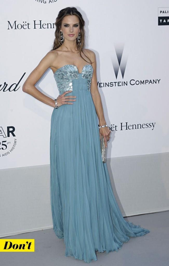 Festival de Cannes 2011 : la robe longue bleue d'Alessandra Ambrosio