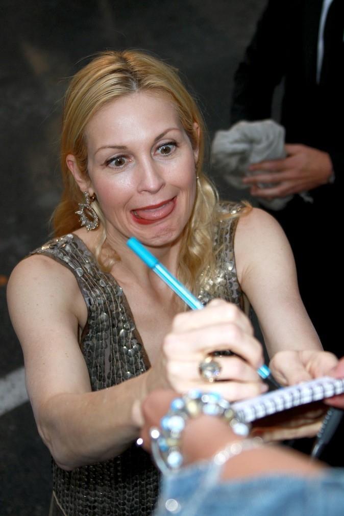 Kelly Rutherford n'a pas l'air d'avoir envie de signer des autographes !