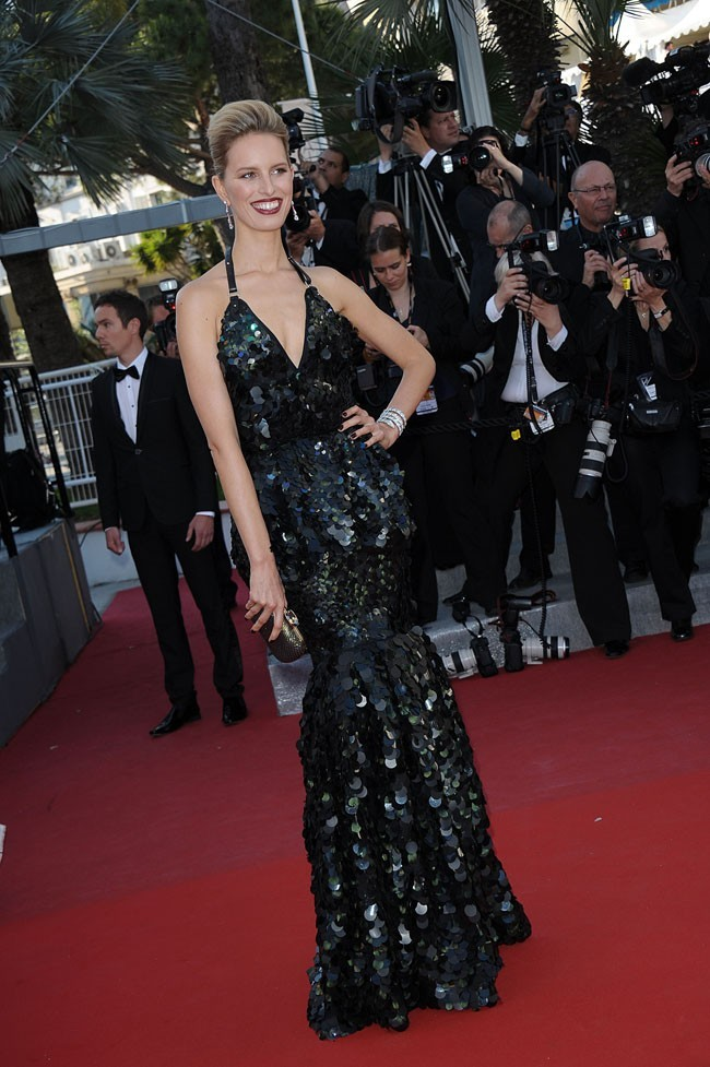 Karolina Kurkova a misé sur une robe noire à sequins...
