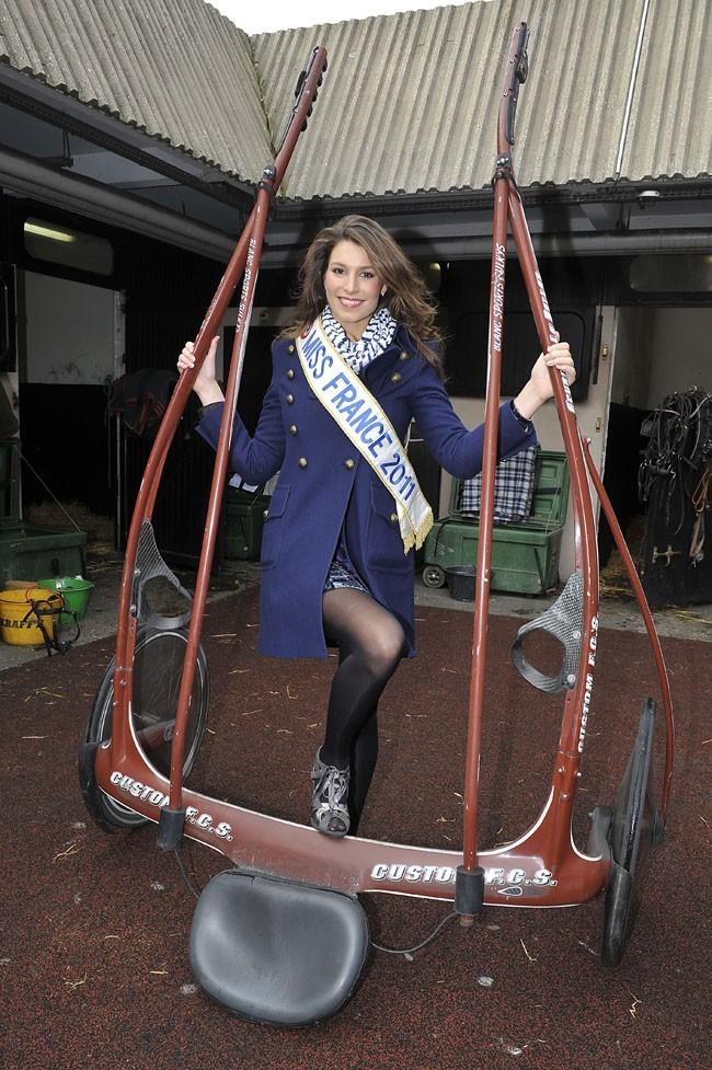 Miss France 2011 a dû poser dans la boue, avec un attelage...