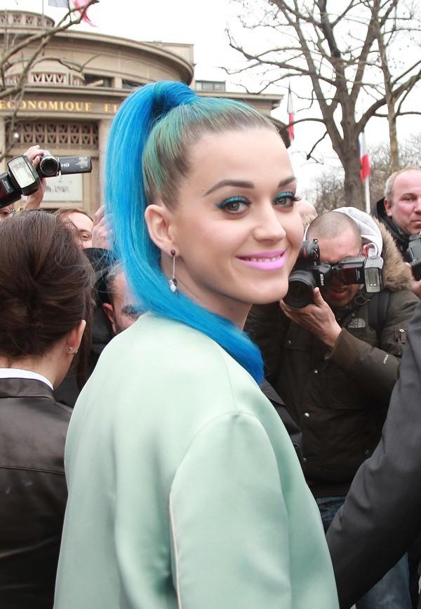 De longs cheveux bleus !