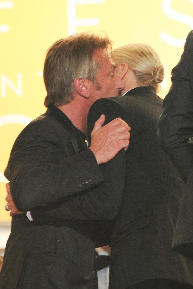 Cannes 2016 : Charlize Theron : froide face à Sean Penn... puis un baiser qui en dit long...