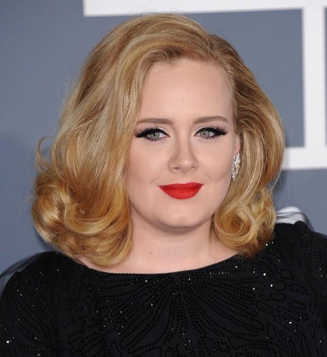 Adele : Un brushing classique et vintage qu'elle porte très bien.