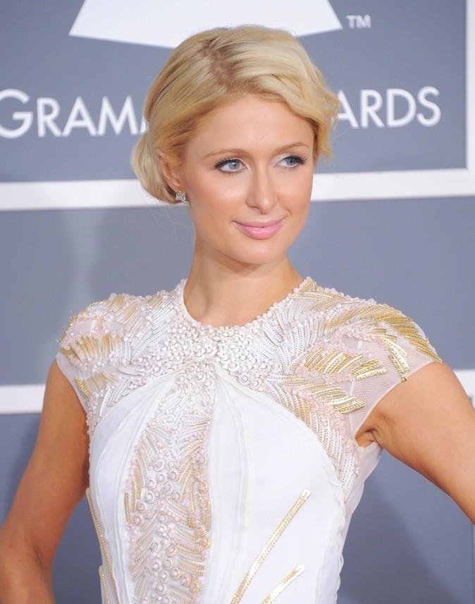 Paris Hilton : Elle n'en a pas trop fait ! Un chignon et des mèches bouclées qu'elle porte à merveille !