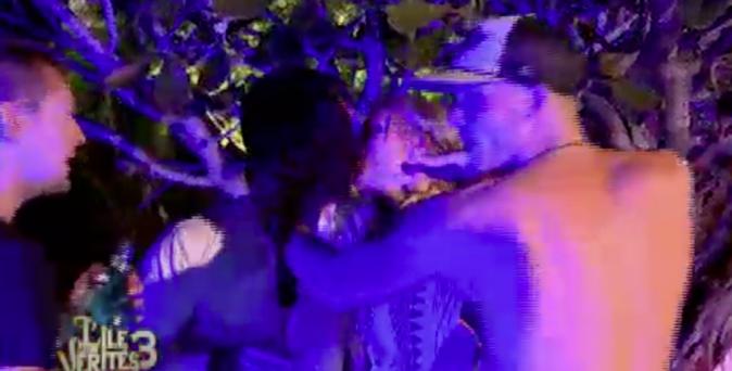 Beverly et Ju s'embrassent !