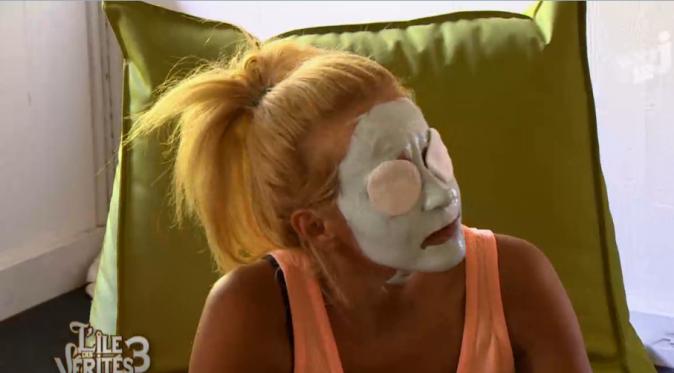 Les filles se font des masques et des massages
