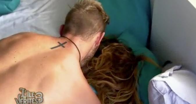 Manon et Julien se réveillent dans le même lit