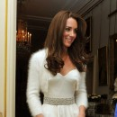 Sublime avec sa ceinture strassée et sa robe en satin !