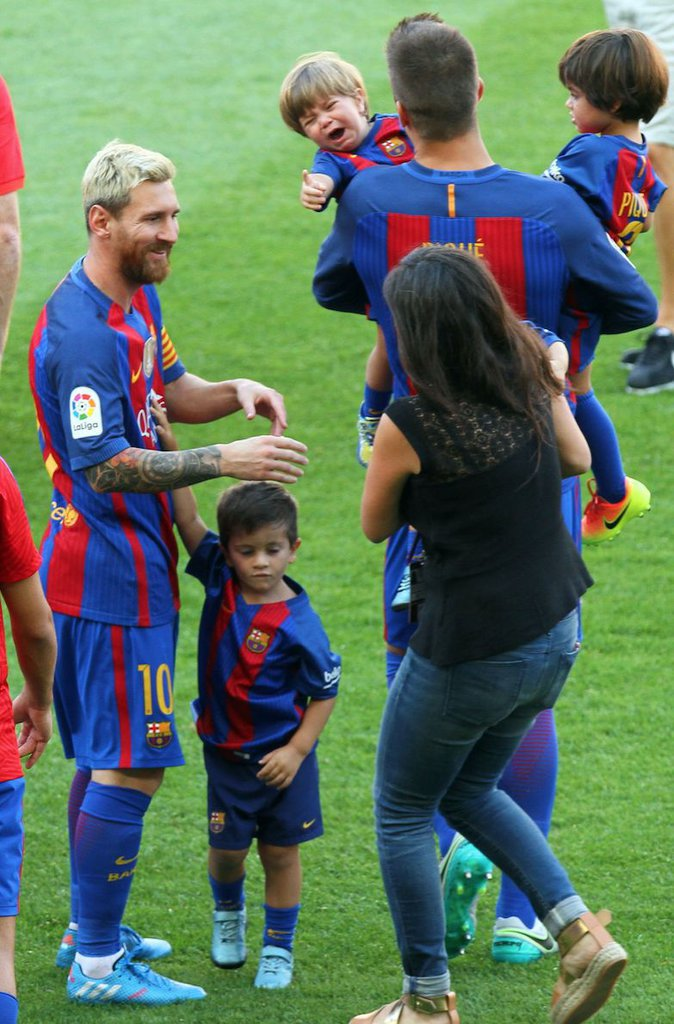 photos lionel messi papa combl au stade avec ses enfants et la femme de sa vie. Black Bedroom Furniture Sets. Home Design Ideas