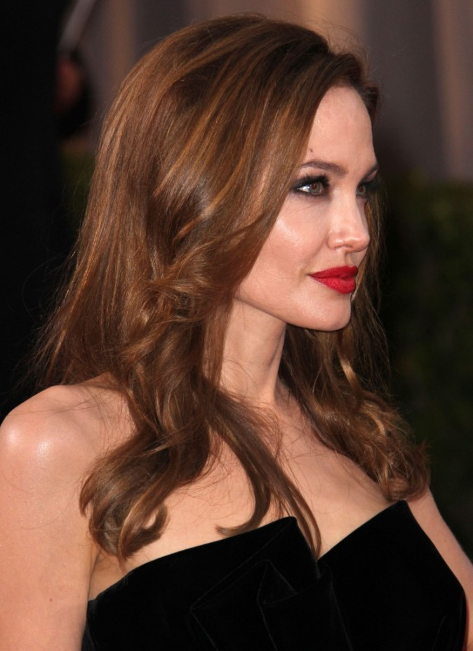 Angelina Jolie : Brushing Hollywoodien pour un look de vamp