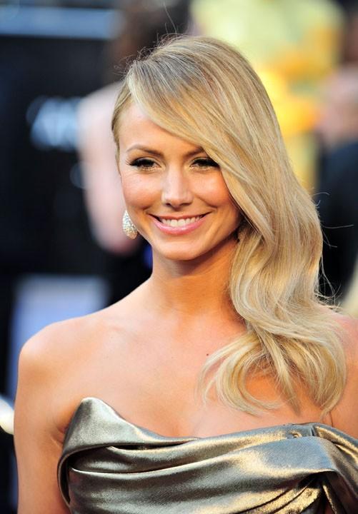 Stacy Keibler : Coup de cœur pour cette coiffure de côté légèrement ondulée