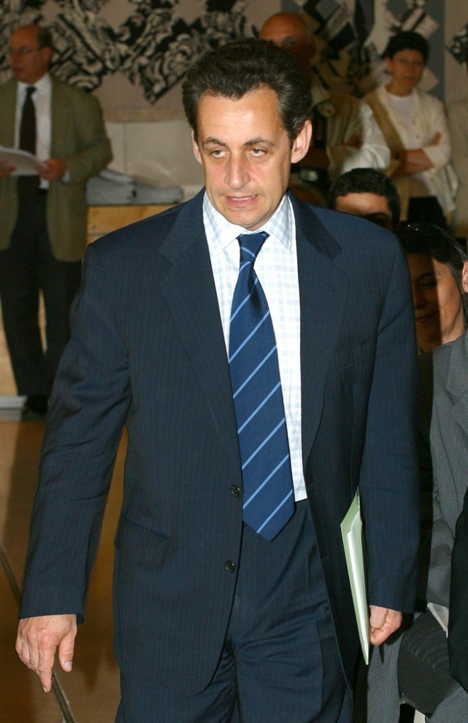 En juin 2004 : cravate à rayures et chemise à carreaux