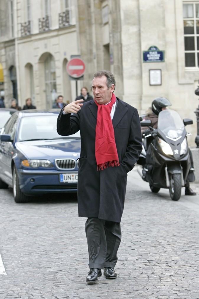 Classique, écharpe rouge et long manteau noir