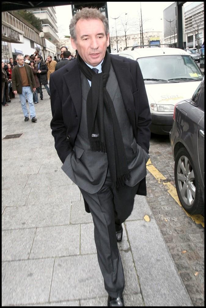 Classique et incontournable : long manteau noir sur costume gris