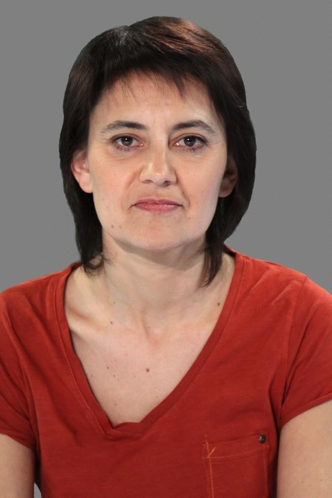 Nathalie Arthaud: Mi-long, frange courte un peu fouillis comme coupée à la maison !
