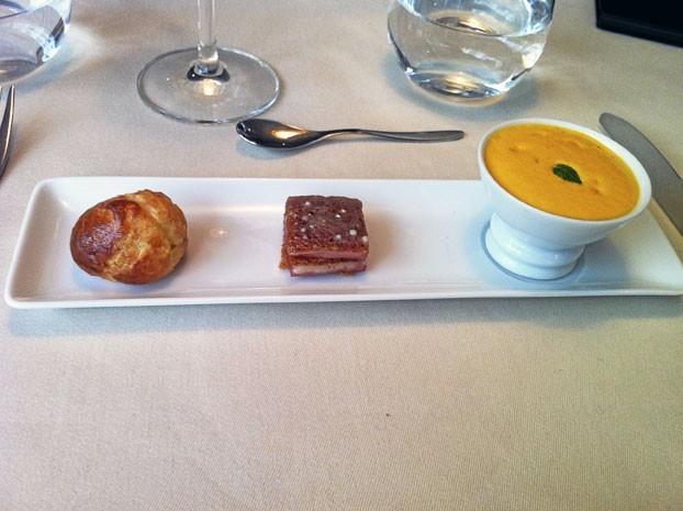 Amuse-bouches offerts: Gougère, mini croque-monsieur et mousse de foie gras, la farandole de canapés nous ouvre l'appétit.