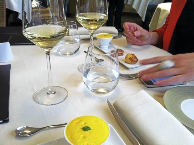 La table : Nappe et serviettes blanches, couvert design, une déco trois étoiles !