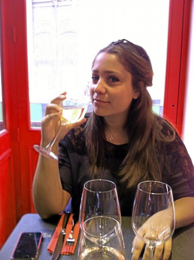 Un petit verre de vin blanc en attendant le repas, ça passe tout seul pour Léa Hasvry !
