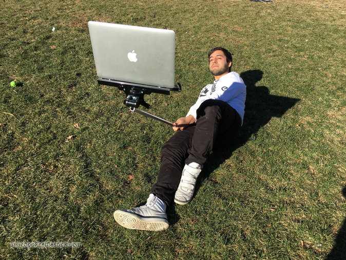 Public Buzz : Photos : La perche à selfie pour MacBook exaspère Twitter !