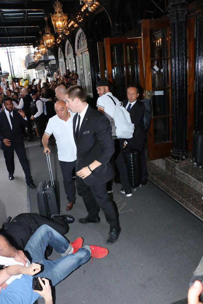 Public Buzz : Photos : C'est dangereux d'être fan de Karim Benzema...