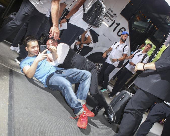 Public-Buzz-Photos-C-est-dangereux-d-etre-fan-de-Karim-Benzema_portrait_w674.jpg