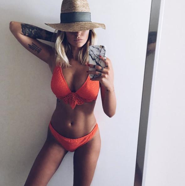 3-    Caroline Receveur torride en maillot de bain