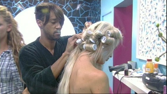 Il a fait profiter les habitants de ses talents de coiffeur !