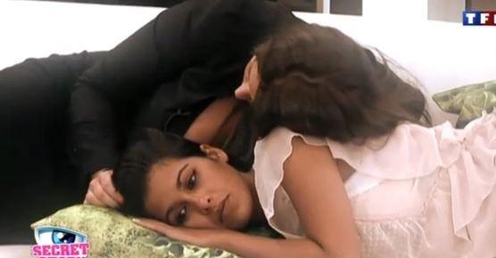 En pleurs, elle se fait consoler par Aurélie...