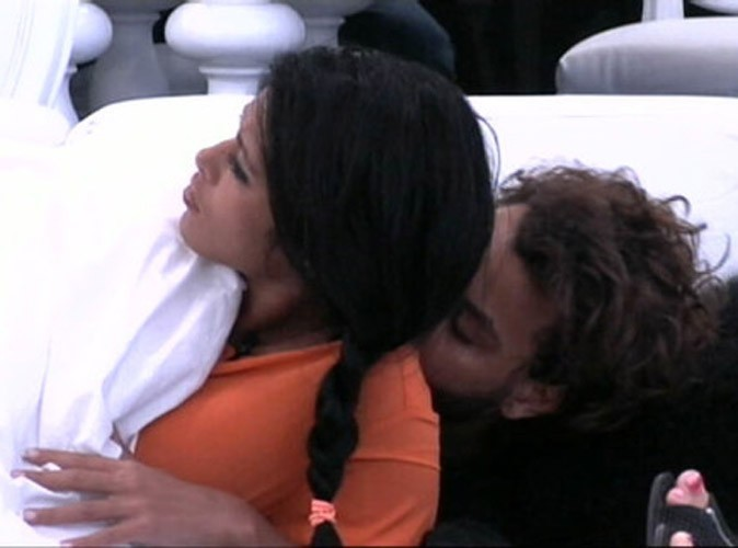 Daniel ne peut s'empêcher d'embrasser Ayem... n'importe où !