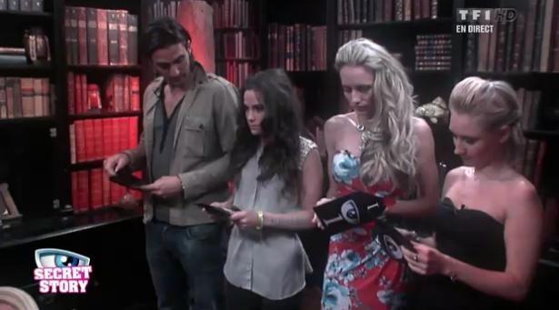 Thomas, Capucine, Virginie et Audrey ouvrent leurs enveloppes noires dans la Bibliothèque