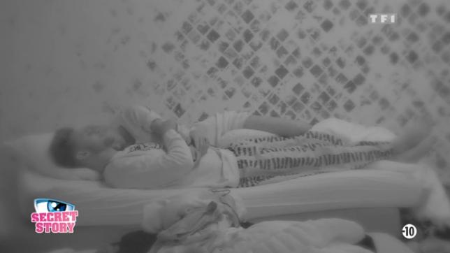 Photos : Secret Story 10 : Mélanie et Bastien dans le même lit, des câlins et plus si affinités !