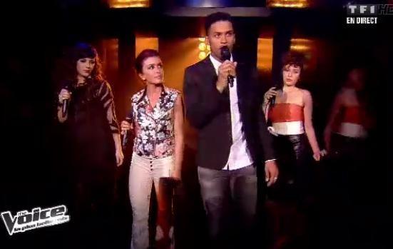 Jenifer chante avec ses trois élèves