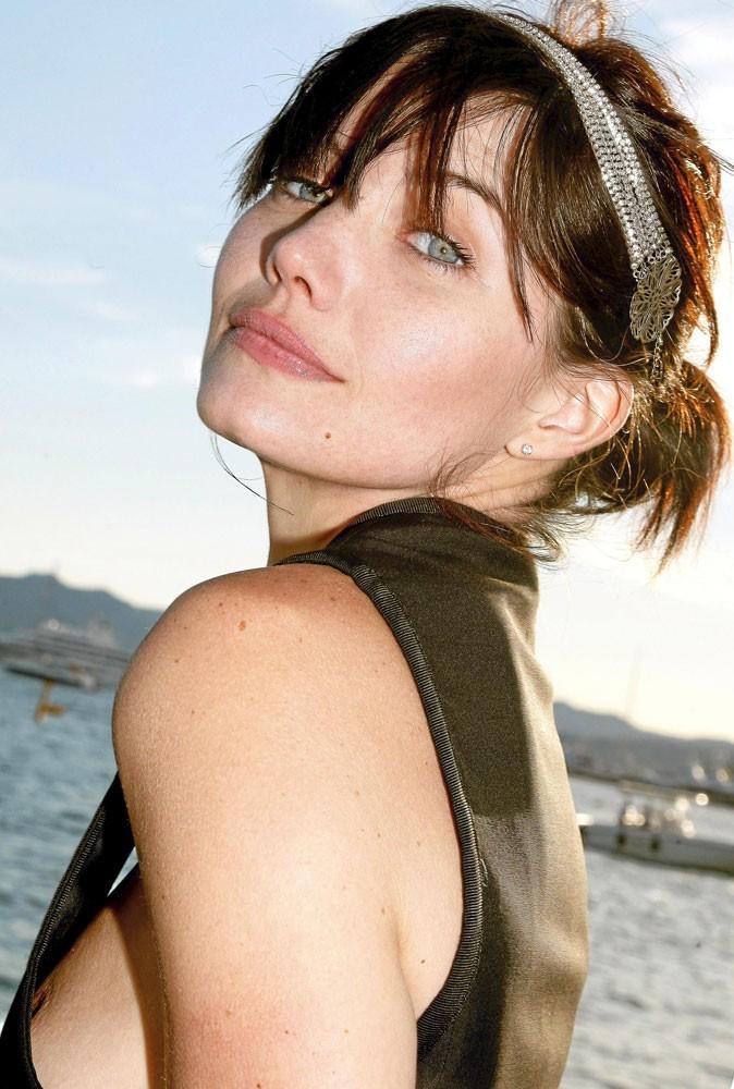 Delphine Chanéac : glitter, même à la plage avec son headband strassé
