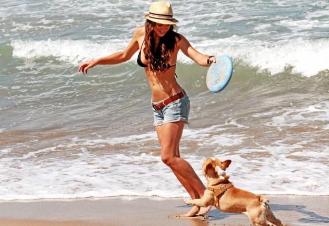 Serinda Swan entretient son bikini body avec le frisbee !