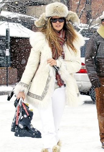 Elle Macpherson : De la fourrure pour combattre les frimas de l'hiver mais pas que... Elle garde toujours un baume dans la poche.