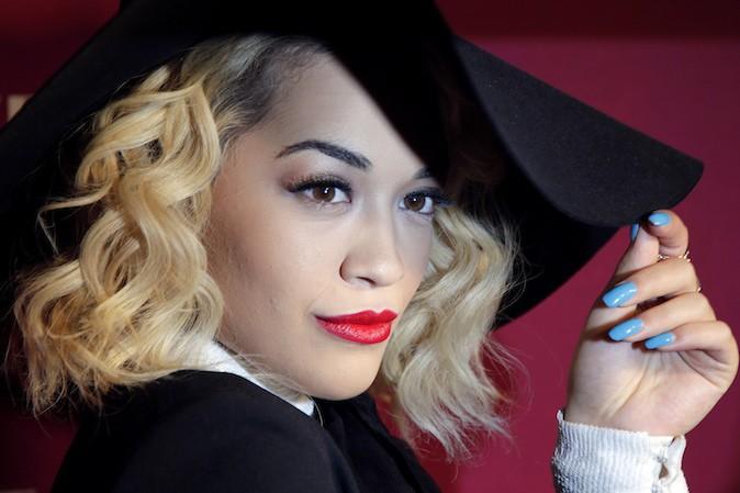 Rita Ora a succombé à la tendance des ongles bleus !