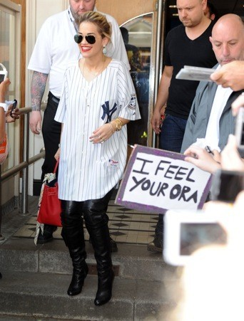 Rita Ora : allez on attache et on cache ces cheveux sales !!