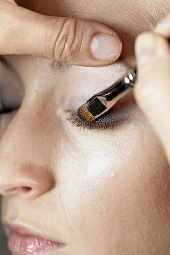 Avec un pinceau en poils naturels et un fard gris noir, faites le ras des cils en étirant la matière vers l'extérieur de l'oeil. Vous pouvez...