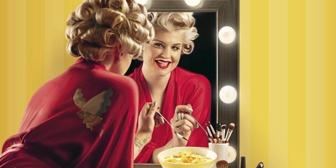 Aïe, aïe, aïe. En Marilyn à moustache de lait, elle va finir seule avec ses cornflakes! Flop !