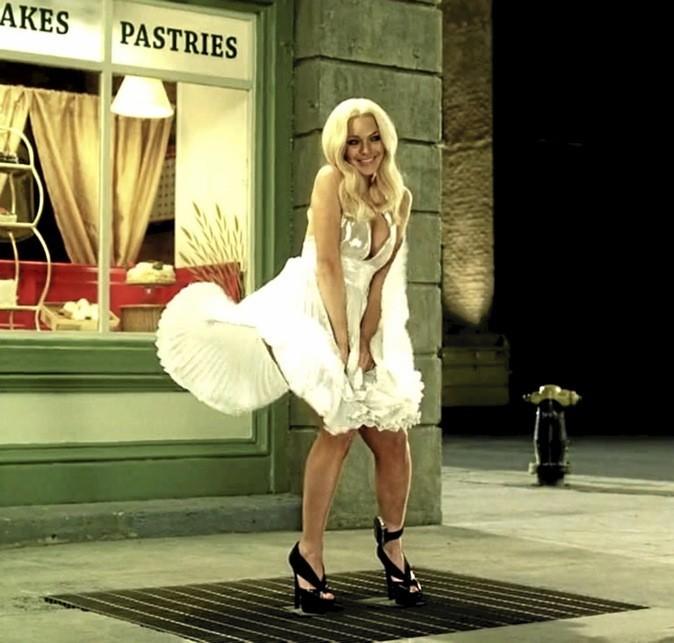 Remake de la célèbre photo, avec une Lindsay Lohan en Marilyn aux cheveux un poil plus longs que la vraie. Top !