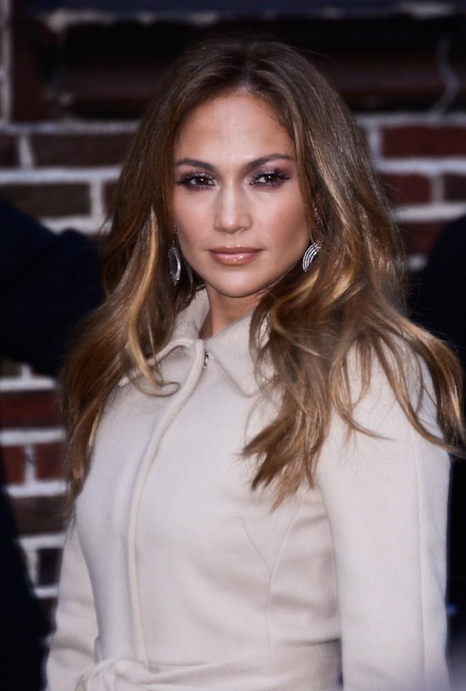 Jennifer Lopez se grise le teint avec ce surplus de fond de teint.