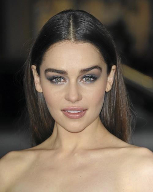 Crinière ébène et regard profond : l'actrice est méconnaissable.
