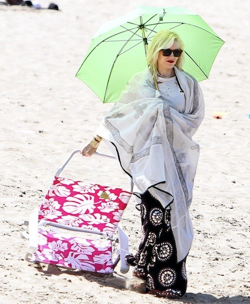 Gwen Stefani : Le teint pâle des rockeuses à bouche rouge se chouchoute ! Merci ombrelle et autres alliés antirayons !