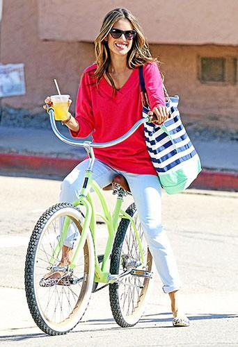 Entre jus bio et balade à vélo, l'Ange Alessandra Ambrosio opte pour une détox 100 % nature.